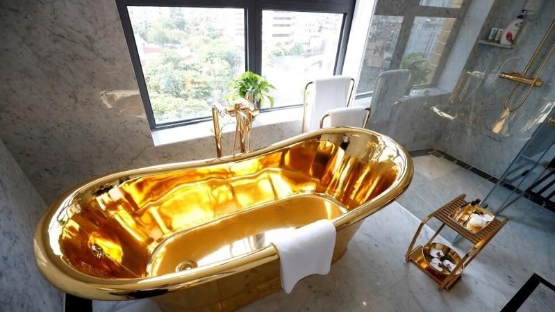 فيديو.. فيتنام تفتتح أول فندق مطلي بالذهب في العالم