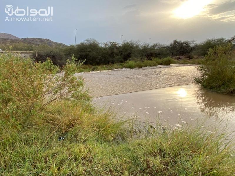 بالفيديو.. الأمطار والبرد وجريان الأودية تجذب المتنزهين بجوف آل الشواط