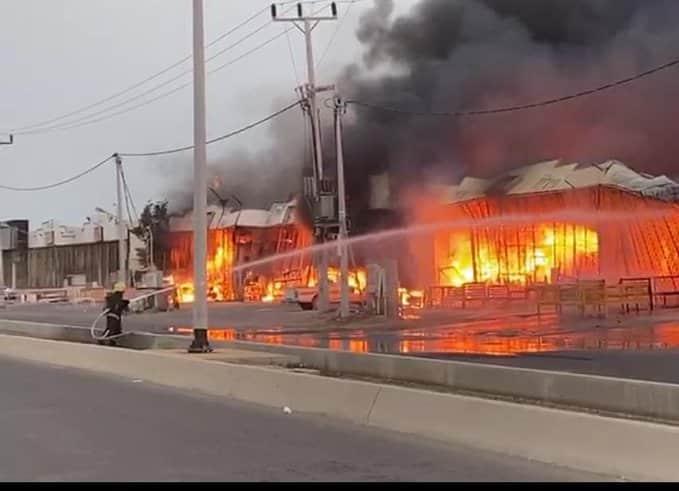 شاهد.. حريق هائل يلتهم عددًا من ورش النجارة والألومنيوم والسيارات بجازان