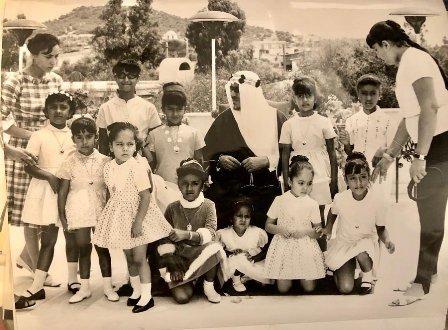 صورة نادرة لـ الملك سعود مع بناته الصغيرات خلال زيارة لليونان