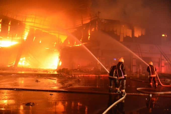 استشهاد أحد رجال الدفاع المدني بحريق في سوق الصواريخ بجدة