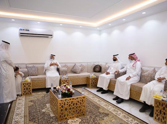 سعود بن طلال يسلم عددًا من الفلل الجاهزة للمستفيدين في تبوك