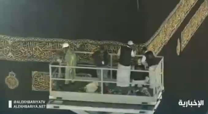 فيديو.. مراسم تغيير كسوة الكعبة المشرفة تحت زخات المطر