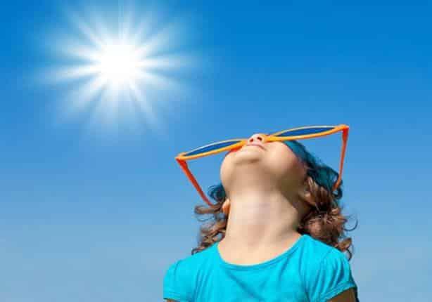 تغطية الرأس تحمي الأطفال من ضربة الشمس