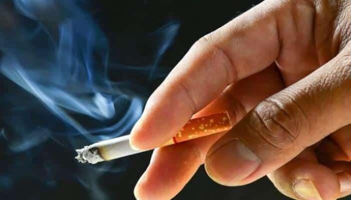 كيف يؤثر التدخين على العينين؟ متخصص يوضح