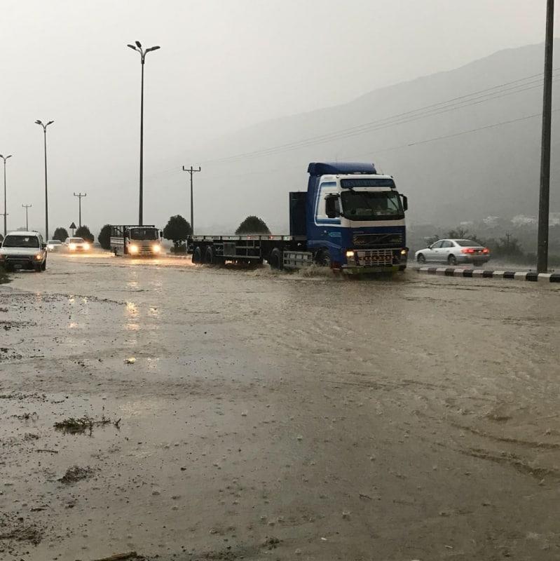 شلل مروري على طريق بحر أبو سكينة بسبب الأمطار