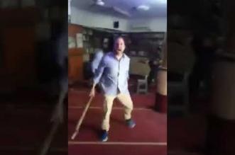 فيديو.. مصري يقتحم مسجداً حاملاً عصًا ويعتدي على المصلين - المواطن