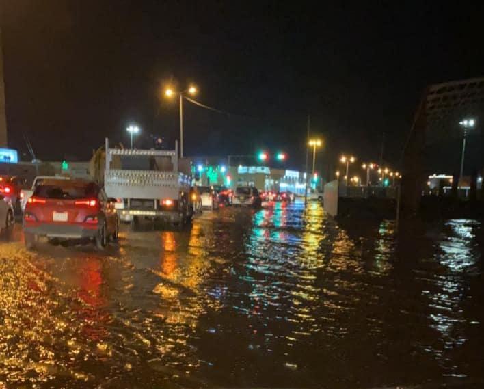 الأمطار تغرق شوارع كورنيش جازان والأمانة تستنفر