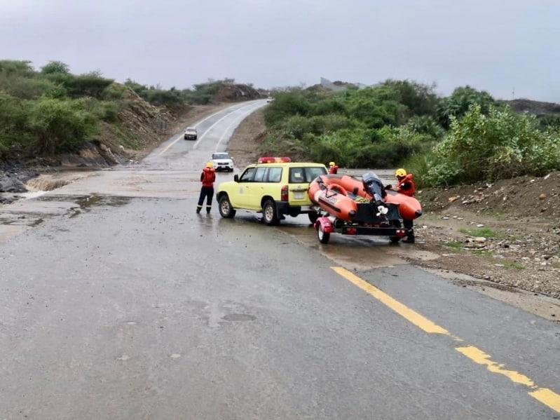 الدفاع المدني ينقذ 698 شخصًا ويخلي 77 في 5 مناطق