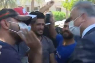 فيديو طريف.. الكاظمي بين المتظاهرين وحديث عن قصة حب! - المواطن