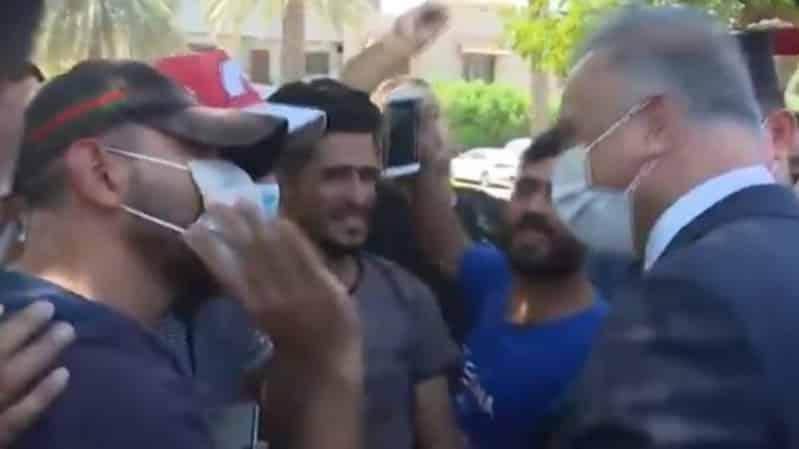 فيديو طريف.. الكاظمي بين المتظاهرين وحديث عن قصة حب!