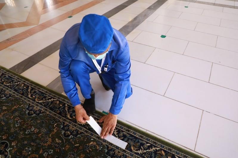 مكائن خاصة لتعقيم 7 آلاف سجادة في المسجد النبوي