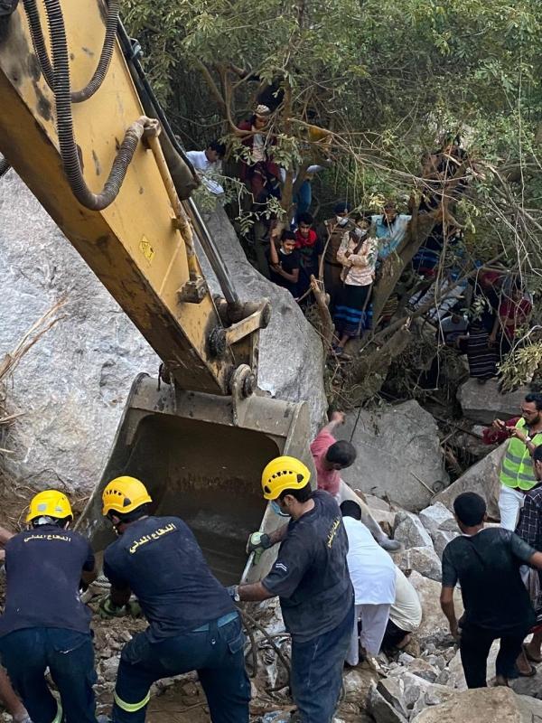 انتشال جثث 4 أشخاص سقطت الصخور على مركبتهم في العارضة