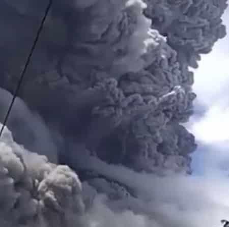 شاهد.. ثوران بركان سينابونج في إندونيسيا يحبس الأنفاس