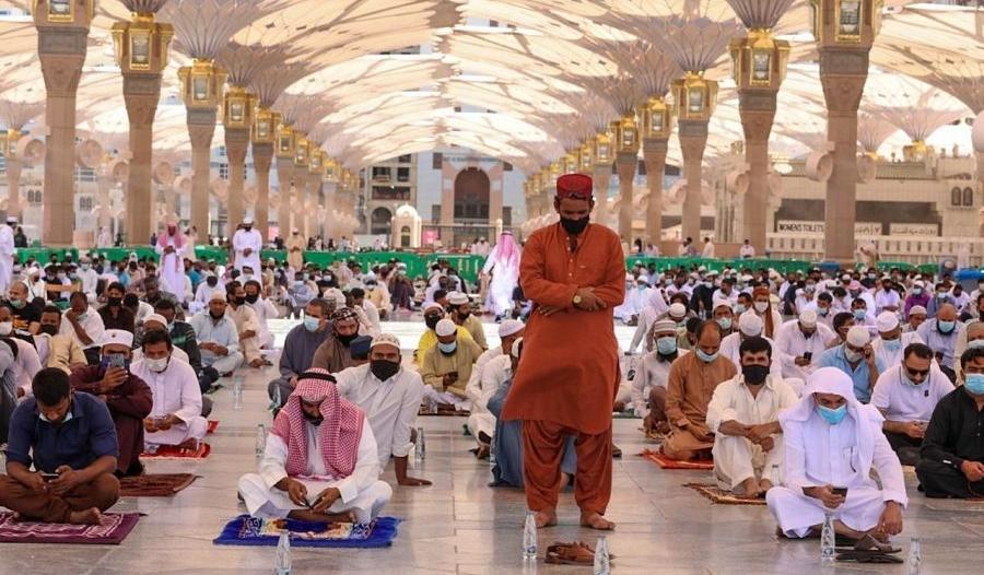 جموع المصلين يؤدون صلاة الجمعة الأخيرة من 1441 بالمسجد النبوي