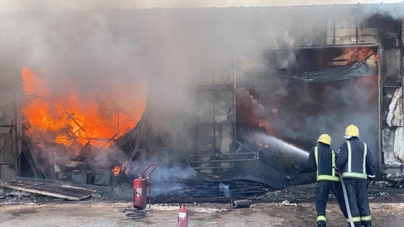 إخماد حريق في محلات للخيام وبيوت الشعر بحي الجنادرية