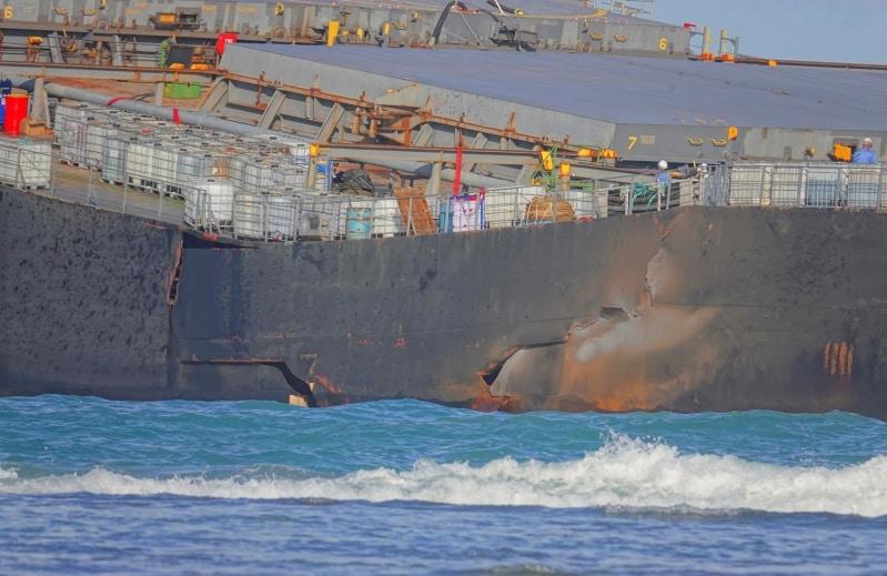 فيديو.. انشطار سفينة بضائع في المحيط الهادئ يهدد بكارثة بيئية