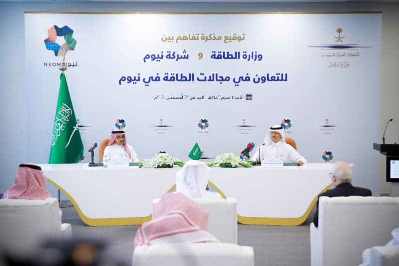 عبدالعزيز بن سلمان يوقع اتفاقية مع رئيس نيوم في مجال الطاقة