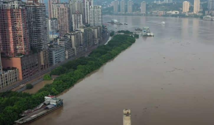 شاهد.. أكبر فيضانات الصين يجلي 100 ألف شخص