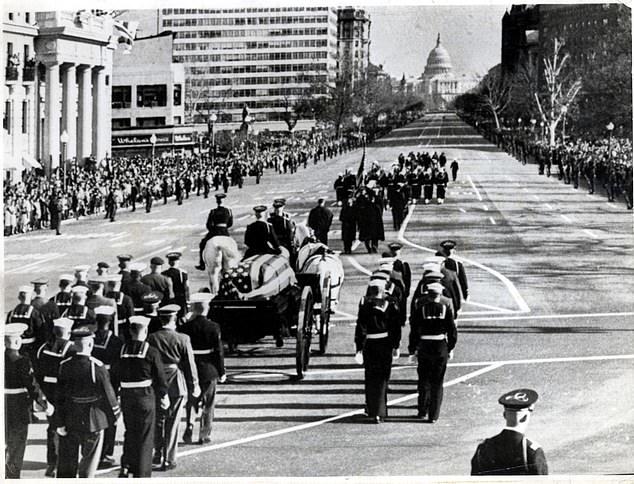 لثالث مرة في تاريخ البيت الأبيض.. ترامب يجهز لجنازة شقيقه