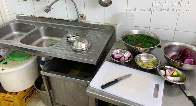 مخالفات بالجملة تُغلق 5 منشآت غذائية في الغزة