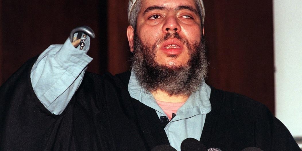 من هو أبو حمزة الذي يقاضي السلطات الأمريكية بسبب تعفنه بالسجن ؟