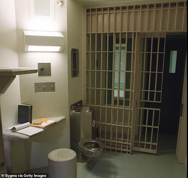 من هو أبو حمزة الذي يقاضي السلطات الأمريكية بسبب تعفنه بالسجن؟ (2)