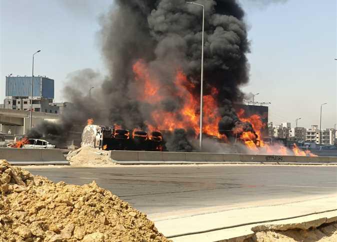 فيديو وصور.. تفحم 7 مركبات بعد انقلاب ناقلة وقود في مصر