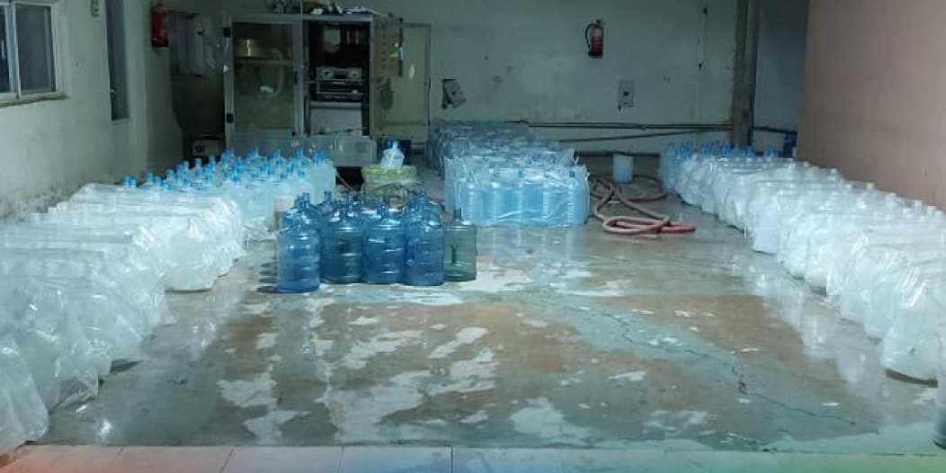 ضبط 21 ألف كرتون في مصنع مياه مخالف بوادي الدواسر
