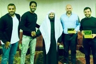 أمريكي يشهر إسلامه على يد الشيخ السديس - المواطن