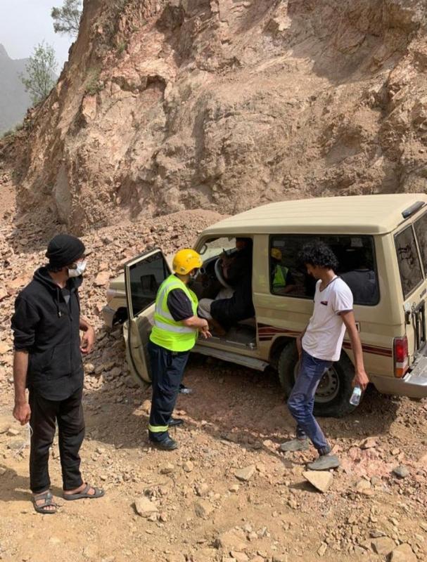 مدني أحد رفيدة يُنقذ 3 أشخاص بـ عقبة المفجر