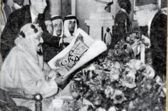 صورة تاريخية.. الملك المؤسس يحمل هدية تلقاها بحفل في البرلمان المصري - المواطن