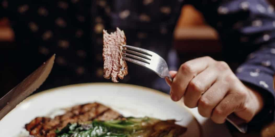 7 أطعمة يجب التوقف عن تناولها فورًا لـ صحة القلب