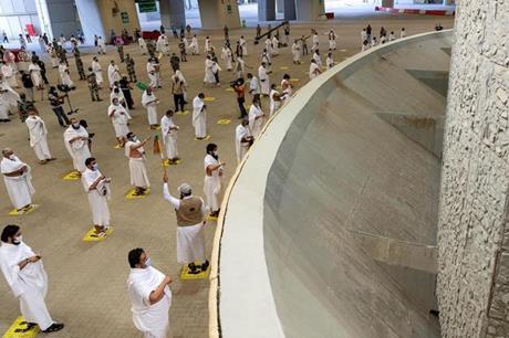 حجاج بيت الله الحرام يكملون رمي الجمرات الثلاث أول أيام التشريق
