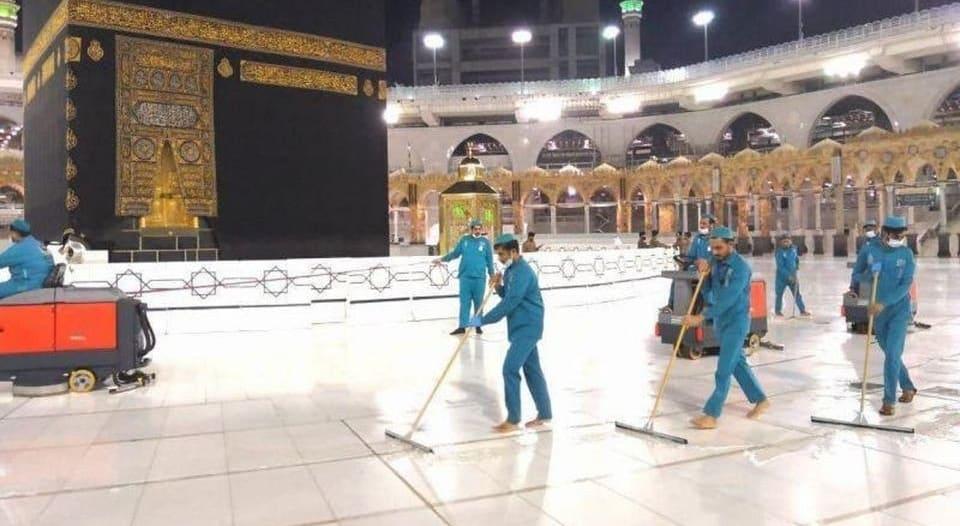 تعقيم المسجد الحرام ومرافقه وصحن المطاف بعد أداء ضيوف الرحمن طواف الإفاضة