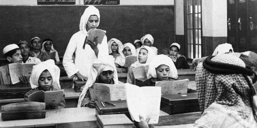 صورة نادرة لطلاب أول مدرسة في الظهران قبل 70 عامًا