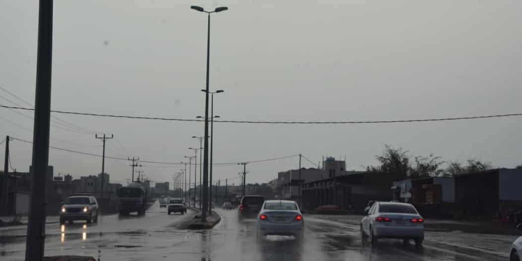 شاهد.. أمطار تلطف الأجواء بمحافظات تهامة عسير