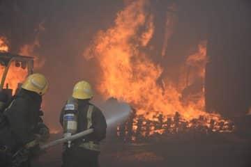 فيديو.. تفاصيل عمليات إخماد حريق مستودع الأقمشة في جدة