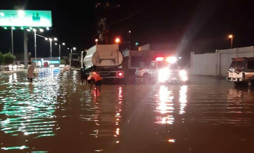 صور .. أمطار البرك توقف الحركة المرورية