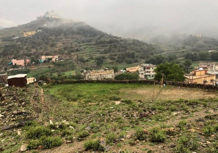 جمال الطبيعة بجبال آل يحيى ينتظر قطار التنمية والسياحة