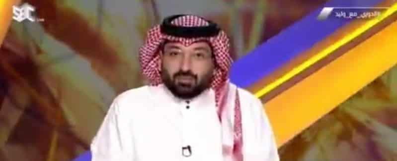"""بسبب رش الملعب .. مذيع """"الدوري مع وليد"""" لـ نصراوي: نبعد عن المؤامرة"""