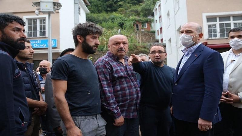 بالفيديو.. لحظة انزلاق وزير الداخلية التركي في مجرى السيول