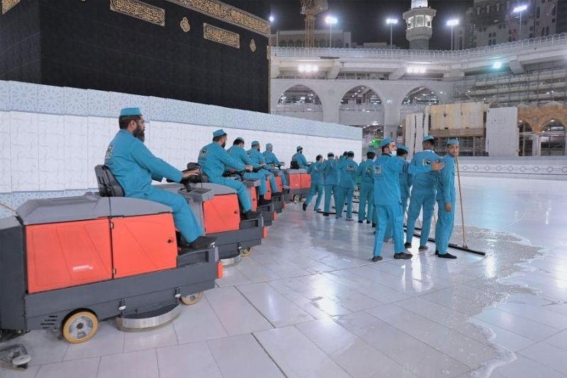 تعقيم المسجد الحرام ومرافقه وصحن المطاف بعد أداء ضيوف الرحمن طواف الإفاضة - المواطن