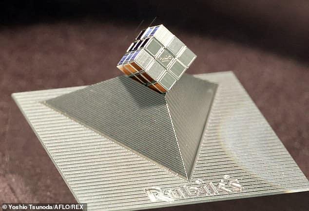 أصغر مكعب روبيك في العالم بحجم 10 ملم فقط !