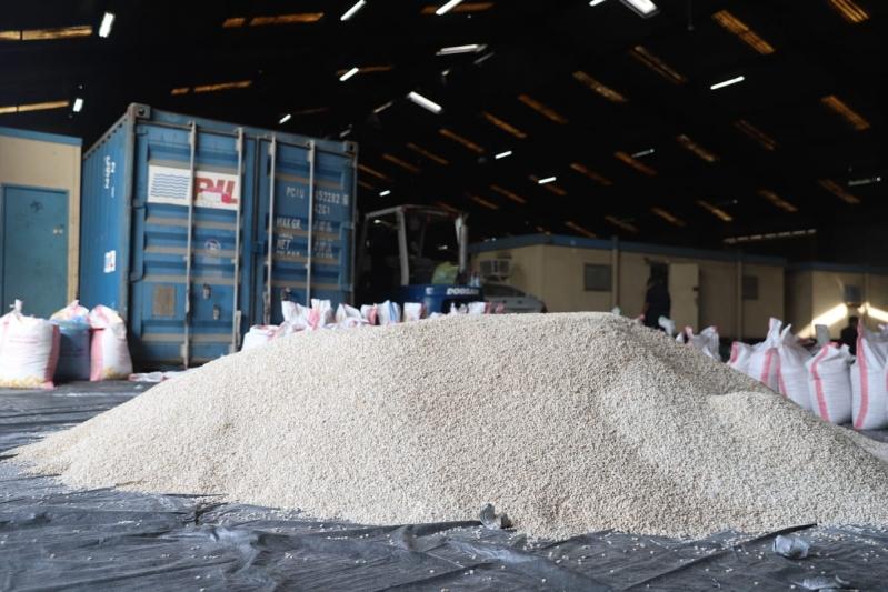 ضربة استباقية ناجحة.. ضبط 16 مليون قرص إمفيتامين داخل شحنة حمص