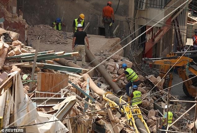 الآمال تتجدد بالعثور على طفلين من بائعي الزهور تحت أنقاض انفجار بيروت (1)