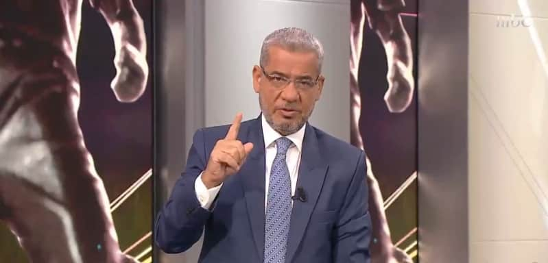 مصطفى الآغا يرد على انتقادات وقوفه احترامًا لـ الهلال