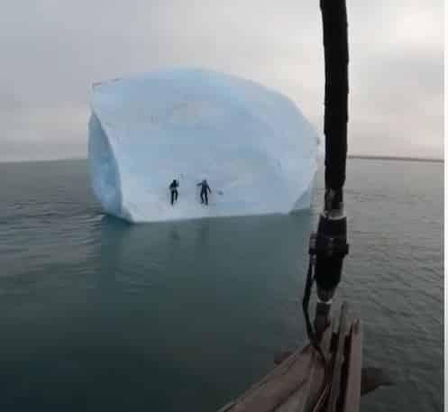 شاهد.. انهيار جبل جليدي فوق اثنين من المغامرين