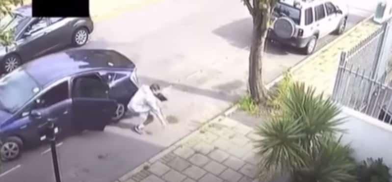 فيديو.. سائق تاكسي بريطاني يعاقب راكبًا نسي الكمامة