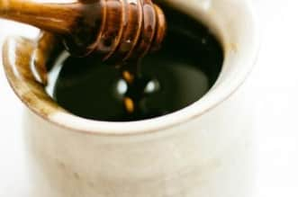 علاج للحموضة ومليء بالحديد.. إليك فوائد العسل الأسود المذهلة - المواطن